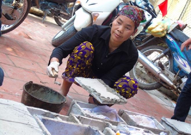 Bà Đỗ Thị Cúc, hàng ngày vẫn đi nhặt xác thai nhi về chôn cất