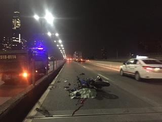 Người nhà khóc ngất bên thanh niên chết vì đi xe máy sai làn trên cầu Sài Gòn