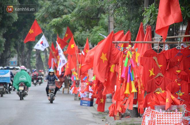 Chung cư Hà Nội rực sáng với cờ đỏ sao vàng 'tiếp lửa' cho đội tuyển Việt Nam