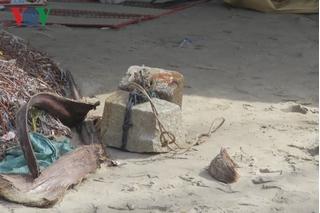 Hai cục đá bí ẩn buộc vào chân thi thể trên biển Mũi Né