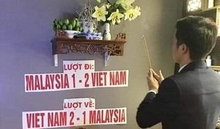 Người hâm mộ dâng cup kèm dự đoán tỉ số thắp hương xin tổ tiên phù hộ cho Việt Nam