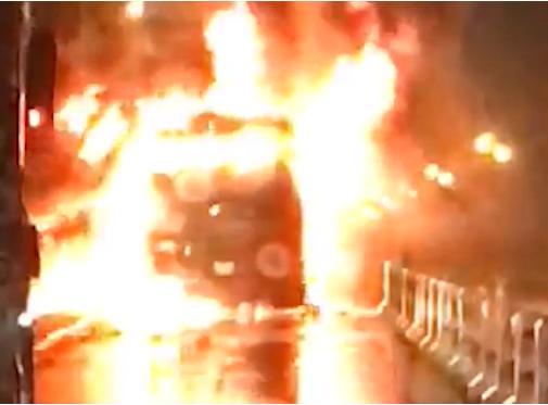CLIP: Xe khách bốc cháy ngùn ngụt trên cầu Thanh Trì