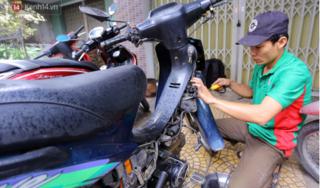 Anh thợ sửa xe miễn phí cho cả trăm xe chết máy vì mưa lụt ở Đà Nẵng
