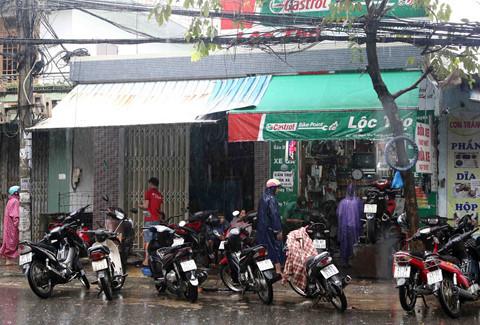 Anh thợ xe ở Đà Nẵng, sửa chữa miễn phí cho cả trăm xe máy trong mùa lũ