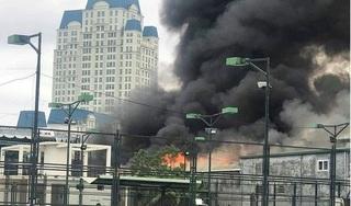Gara ô tô bốc cháy kinh hoàng, cột khói cao hàng trăm mét