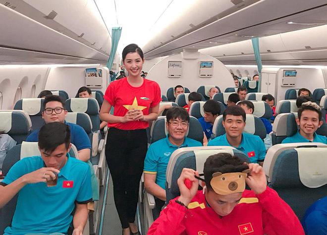 Lộ danh tính nữ tiếp viên xinh đẹp post ảnh với tuyển Việt Nam7