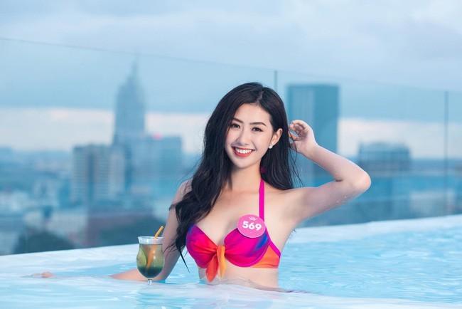 Lộ danh tính nữ tiếp viên xinh đẹp post ảnh với tuyển Việt Nam