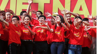 100 sao Việt hát cổ vũ cho tuyển Việt Nam trước trận chung kết gặp Malaysia