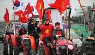 Clip: Diễu hành máy cày từ Sóc Sơn về Mỹ Đình để cổ vũ đội tuyển Việt Nam