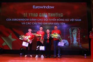 Chưa đầy 48h vô địch, Eurowindow trao tận tay phần thưởng cho các người hùng
