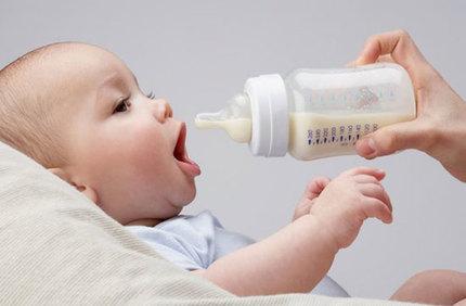 Mách mẹ 10 mẹo luyện cho bé bú bình 'một phát ăn ngay'