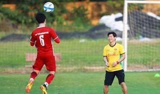 Cầu thủ ĐTVN nói gì khi đọc tâm thư chia tay của HLV thể lực người Hàn?