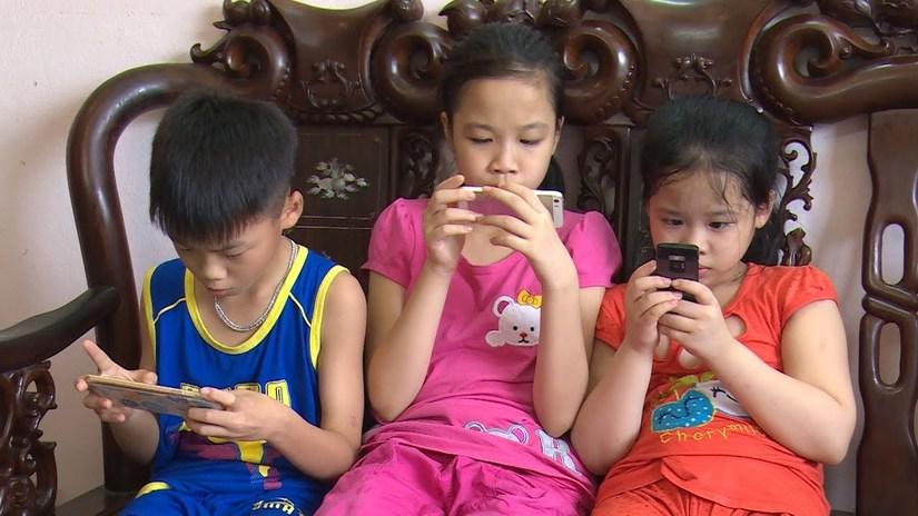Dùng điện thoại dỗ con