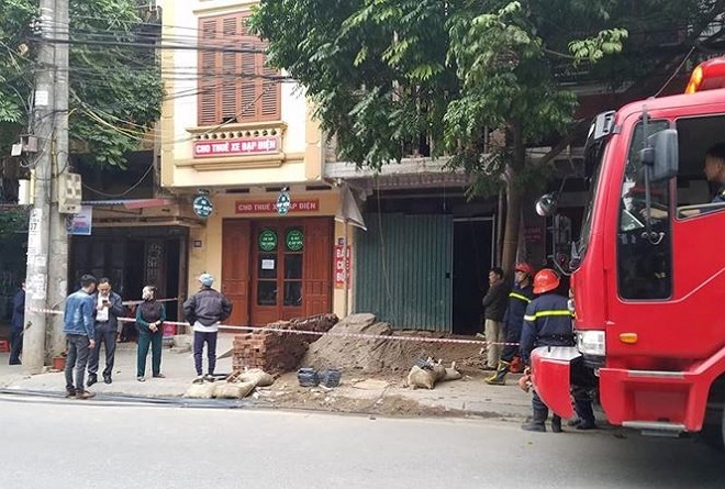 Hiện trường hai công nhân xây dựng bị điện giật thương vong.