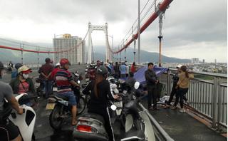 Tài xế taxi bất ngờ nhảy cầu Thuận Phước bỏ lại gia đình