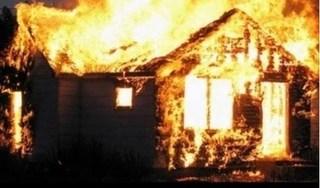 Người phụ nữ đốt nhà, ôm con của người tình đồng tính nhảy vào lửa tự tử