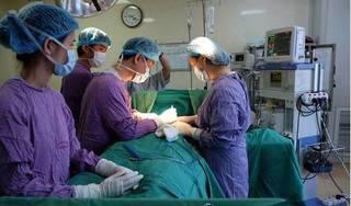Khát khao thân hình quyến rũ, cô gái bị biến chứng nặng khi tiêm silicon