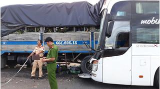 Xe giường nằm tông đuôi xe tải dừng bên đường, 9 người thương vong