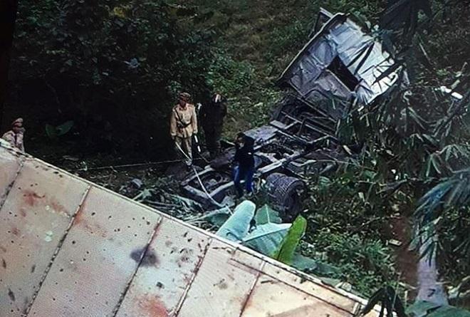 Container lao xuống vực sâu 20 mét, tài xế tử vong trong cabin. Ảnh Tiền Phong