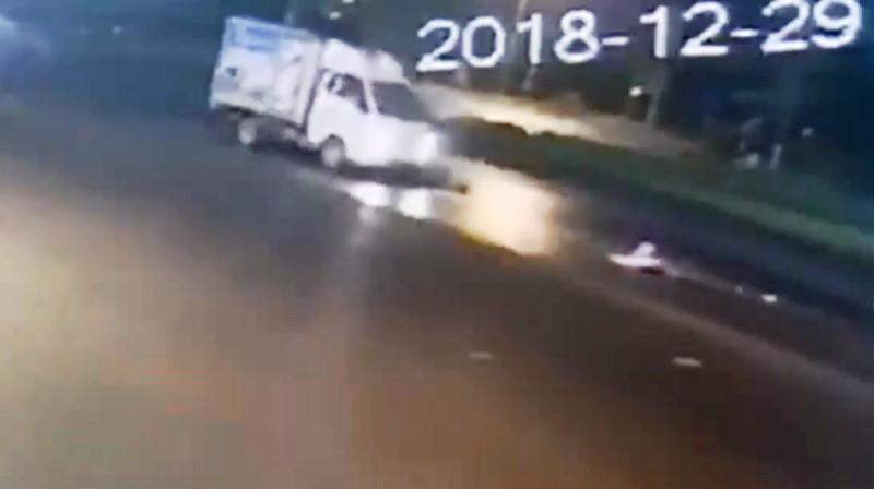 Lái xe tải tông cụ bà rồi bỏ trốn ở Hà Nam