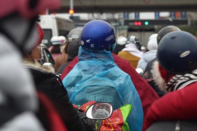 Dòng người hối hả trở về Thủ đô sau kỳ nghỉ lễ. Tại cửa ngõ lớn và các bến xe bắt đầu tình trạng ùn tắc.