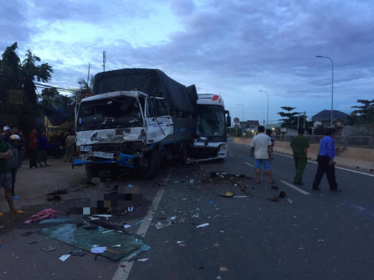 110 người tử vong vì tai nạn giao thông, trong 4 ngày nghỉ Tết Dương lịch. Trong ảnh là vụ tai nạn của xe chở khách du lịch xảy ra trên Quốc lộ 1, đoạn qua địa phận xã Bình Tân, huyện Bắc Bình (Bình Thuận) xảy ra sáng 29/12, làm 2 người chết, 7 người khác bị thương. Ảnh Người Lao Động