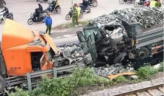 Xe tải chở đá đấu đầu kinh hoàng với container, 2 tài xế bị thương