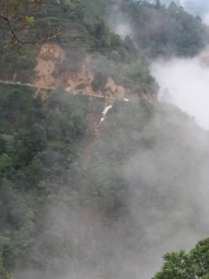 Hiện trường chiếc xe tải lao xuống vực sâu 100 mét một người tử vong