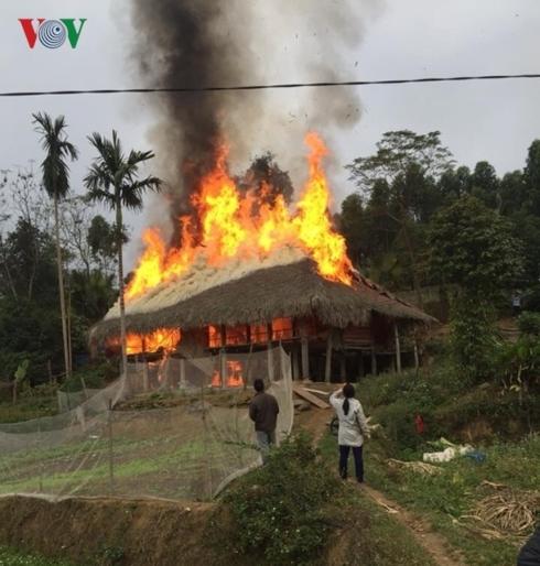 Cháy lớn thiêu rụi căn nhà của một hộ nghèo. Ảnh VOV