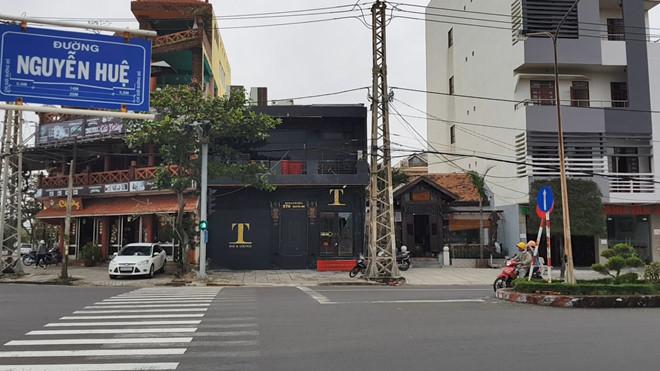 Hai nhóm thanh niên hỗn chiến, nổ súng ở quán bar khiến 3 người bị thương