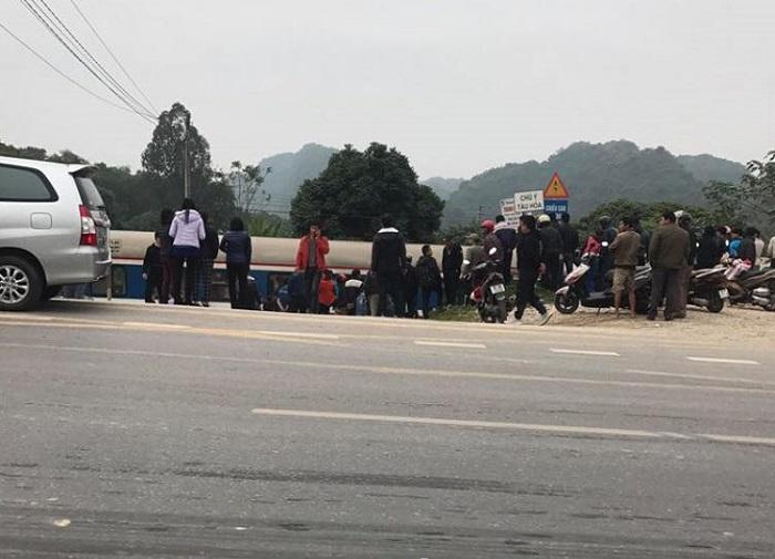 Xe Innova bị tàu hỏa đâm ở Thanh Hóa