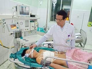 Cứu sống bé trai bị tai nạn trên đường đi học về, đứt động mạch phổi