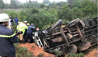 Xe tải mất lái lao xuống sườn dốc lật ngửa khiến 3 người thương vong