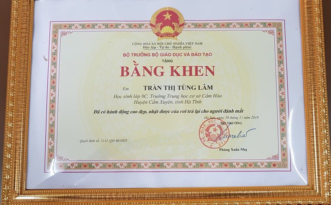 Bộ Giáo dục và Đào tạo trao bằng khen cho em Lâm