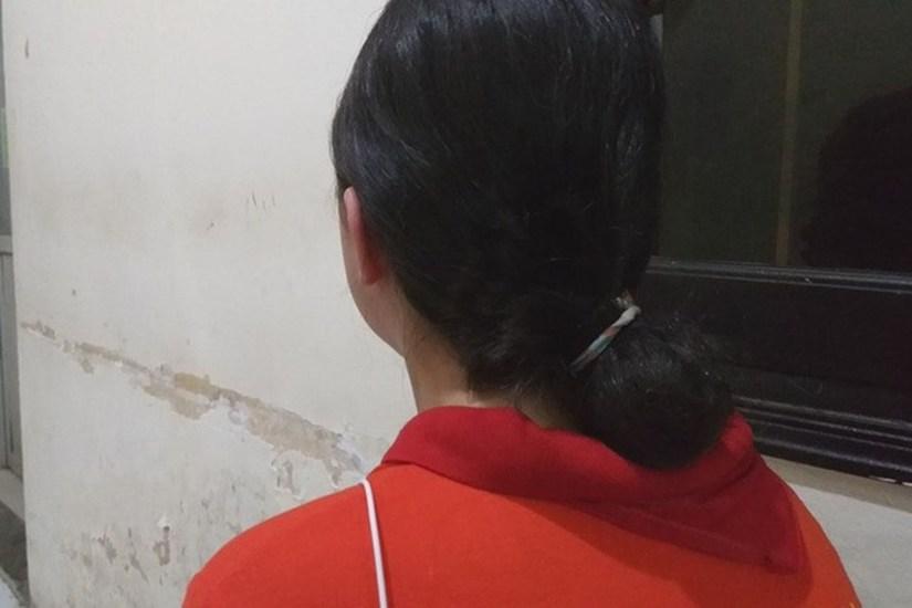 Nữ sinh bị mẹ kế túm tóc, đập đầu xuống nền nhà.