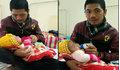 Mẹ bỏ đi khi mới lọt lòng, bé trai khát sữa khóc ngằn ngặt bên người bố bị ung thư