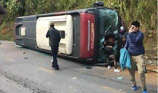 Lào Cai: Xe khách lật nghiêng, đè vào xe máy khiến một người đàn ông chết oan