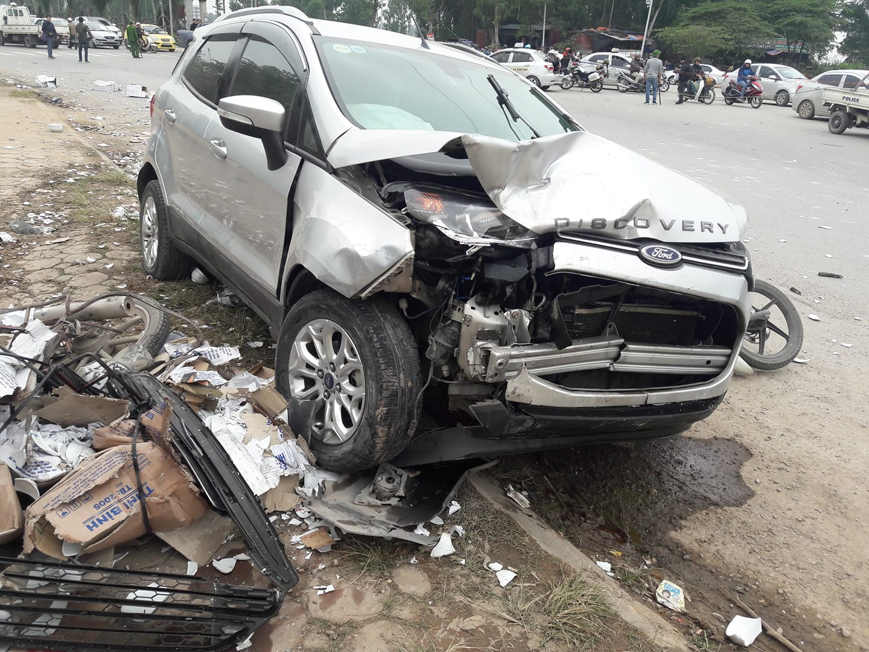 Ô tô 5 chỗ đâm liên hoàn 2 vợ chồng xe máy tử vong