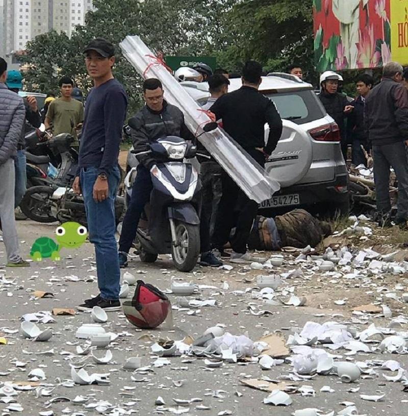 Hình ảnh cho thấy, xe máy và nạn nhân nằm dưới gầm xe sau vụ tai nạn