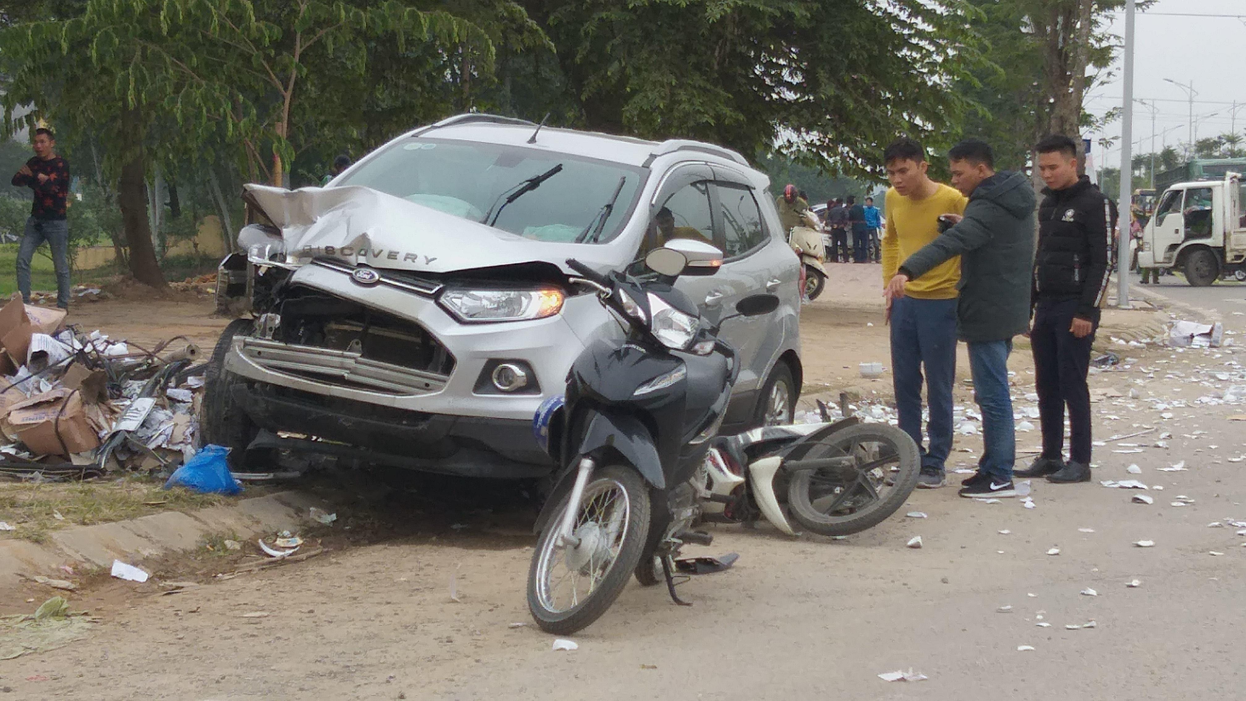 Chiếc xe ô tô loại 5 chỗ mang BKS 30A - 542.75 nhãn hiệu Ford khi lưu thông tới khu vực vòng xuyến Mậu Lương đã đâm trúng vào xe taxi