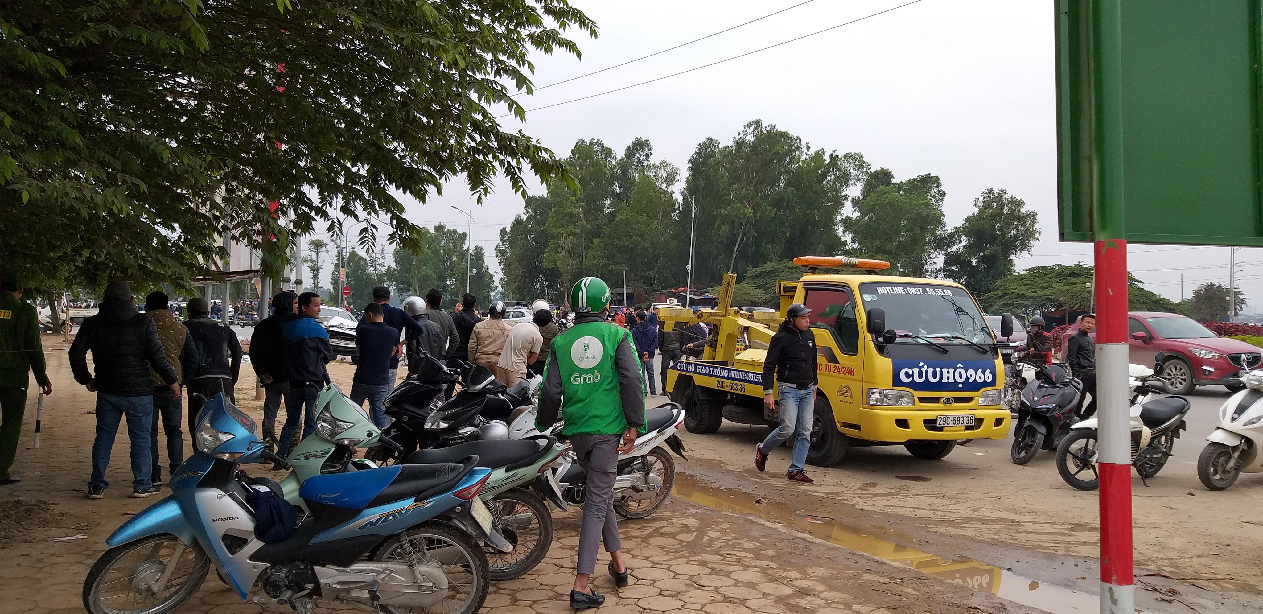 Cả xe cứu hộ cũng được đưa đến hiện trường