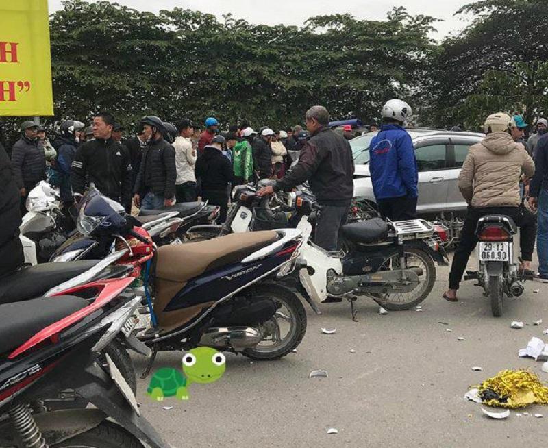 Rất đông người dân tham gia cứu hộ người gặp nạn