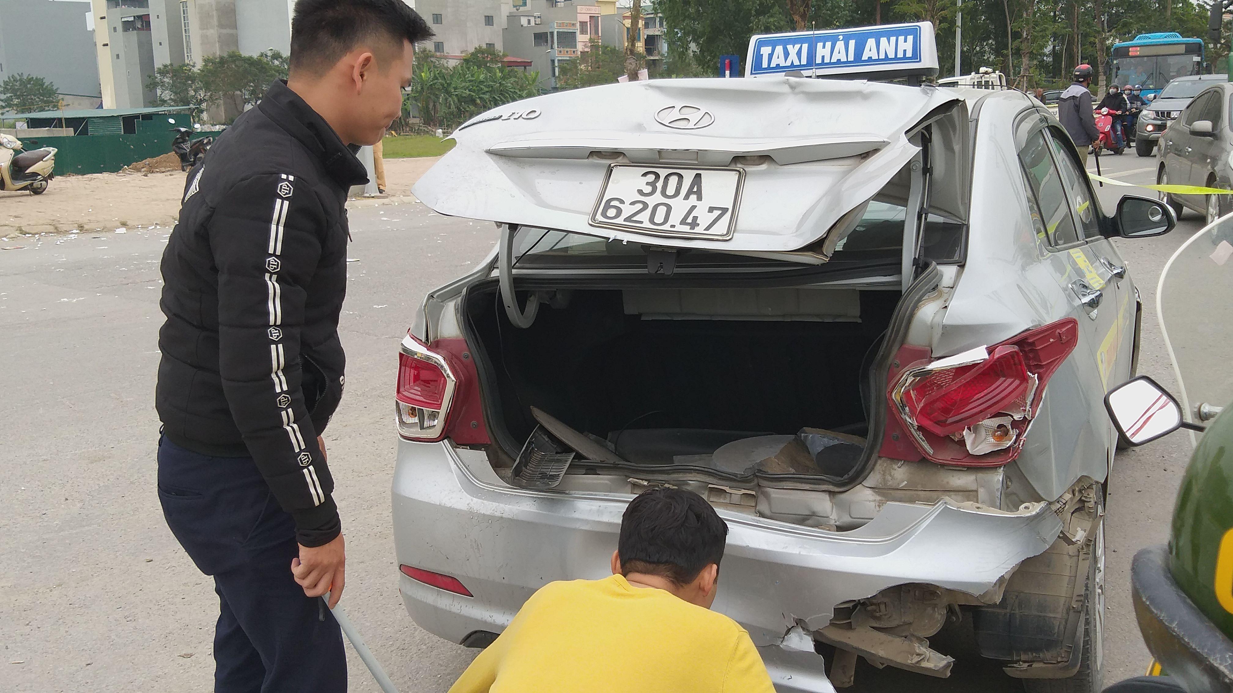 Chiếc xe taxi bị ô tô 5 chỗ tông trúng