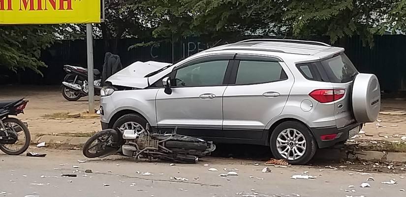 Ô tô 5 chỗ gây tai nạn liên hoàn ở Hà Đông 2 vợ chồng tử vong