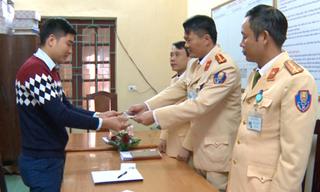 Công an Thanh Hoá trao trả điện thoại Iphone 6 cho người đánh mất