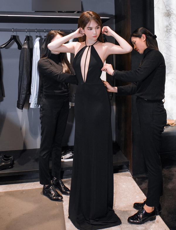 Đi thử váy dự Milan Fashion Week, Ngọc Trinh lộ ảnh hớ hênh phản cảm