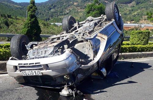 Lật ôtô trên cao tốc ở Lâm Đồng, chồng sắp cưới tử vong, vợ nguy kịch