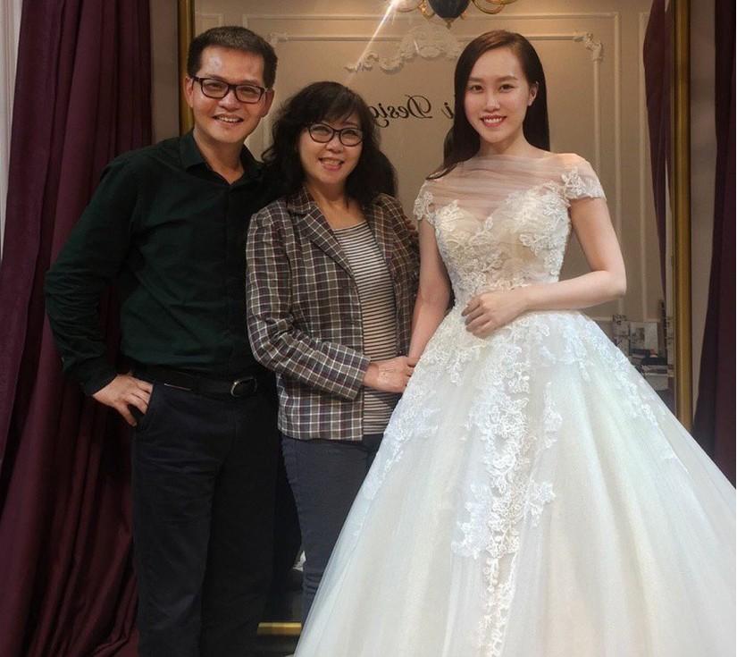 Lộ ảnh NSND Trung Hiếu đưa vợ kém 19 tuổi đi thử váy cưới