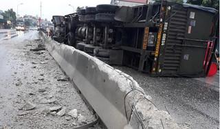 Thanh Hóa: xe đầu kéo 'cày' nát dải phân cách, lật nghiêng giữa đường