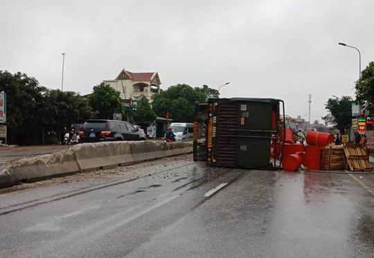 Nguyên nhân xe đầu kéo tông nát dải phân cách, lật nghiêng giữa đường